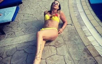 Η Λαίδη ποζάρει με μπικίνι στην πισίνα