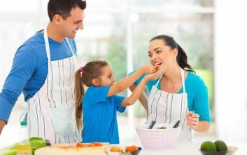 Τα πέντε πράγματα που απολαμβάνουν οι μαμάδες το καλοκαίρι