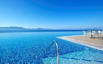 Τι μπορεί να κολλήσεις κάνοντας μπάνιο σε πισίνα