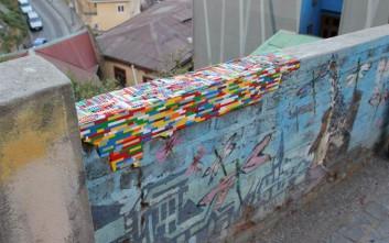 Επιδιορθώνει τοίχους που καταρρέουν με… Lego