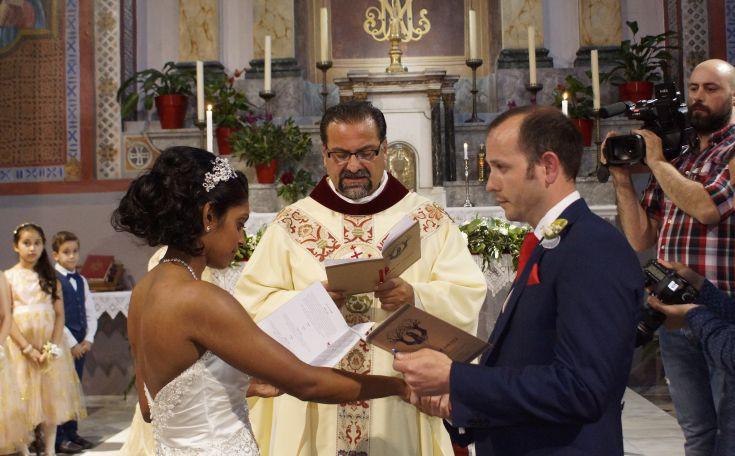 Ερωτευμένοι από όλο τον κόσμο επιλέγουν τη Λέσβο για τον γάμο τους