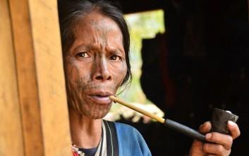 Οι «σημαδεμένες» γυναίκες της Μιανμάρ και η ιστορία τους