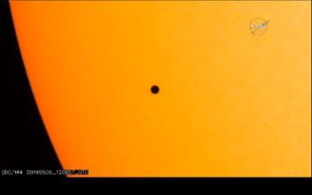 Φωτογραφίες από το σπάνιο πέρασμα του Ερμή μπροστά από τον Ήλιο