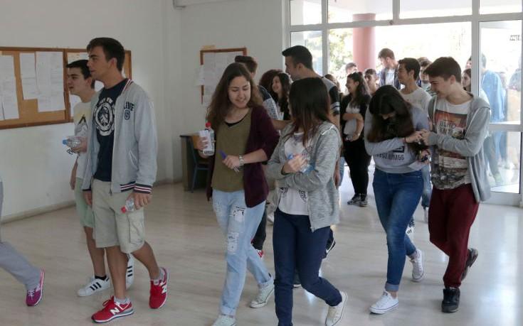 Μαθητές κρίνουν το θέμα της Νεοελληνικής Γλώσσας