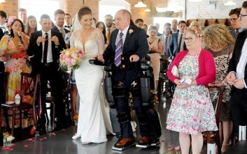 Ανάπηρος πατέρας συνοδεύει όρθιος την κόρη του στον γάμο της