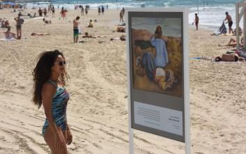 Μια πινακοθήκη με αριστουργήματα του Πικάσο πάνω στην άμμο