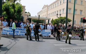 Διαδηλώνουν έξω από τη Βουλή και οι ένστολοι