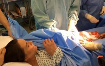 Το viral βίντεο μητέρας που γέννησε με «φυσιολογική καισαρική»