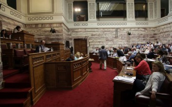 Ανέβηκαν οι τόνοι στη Βουλή για τον νέο αναπτυξιακό νόμο