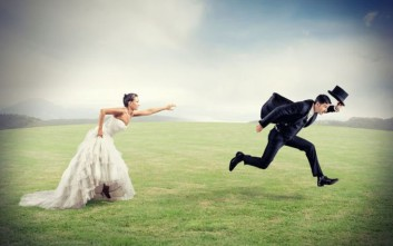 Νύφη έβγαλε όπλο μέσα από το νυφικό της και απείλησε τον γαμπρό
