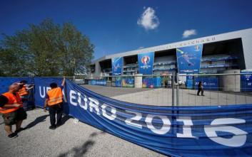 Οι απεργοί διευκολύνουν τους φιλάθλους για την πρεμιέρα του Euro 2016
