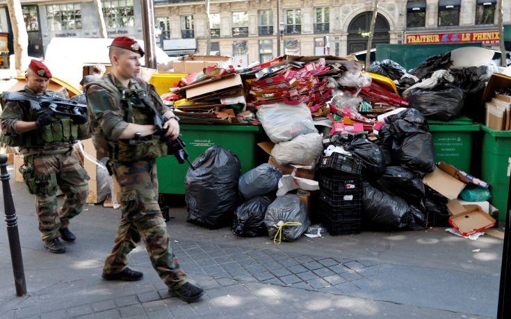 Δήμαρχος Παρισιού: Όλα τα σκουπίδια θα μαζευτούν
