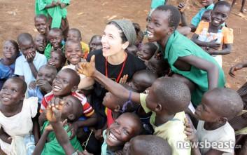 Έκπληξη και χαμόγελα κατά την άφιξη Ελλήνων που χτίζουν σχολείο σε χωριό της Ουγκάντας