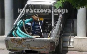 Εξοργισμένος αγρότης έριξε το αυτοκίνητό του πάνω σε τράπεζα