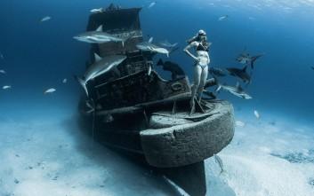 Ποζάροντας στον βυθό μαζί με καρχαρίες