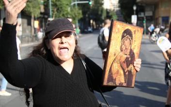 Η Ελένη Λουκά στο Athens Pride με μια εικόνα στο χέρι