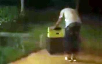 Περαστικοί βρίσκουν γυναίκα κλεισμένη μέσα σε βαλίτσα