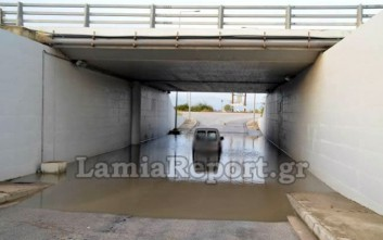 Αυτοκίνητο παγιδεύτηκε σε πλημμυρισμένη διάβαση στη Λαμία