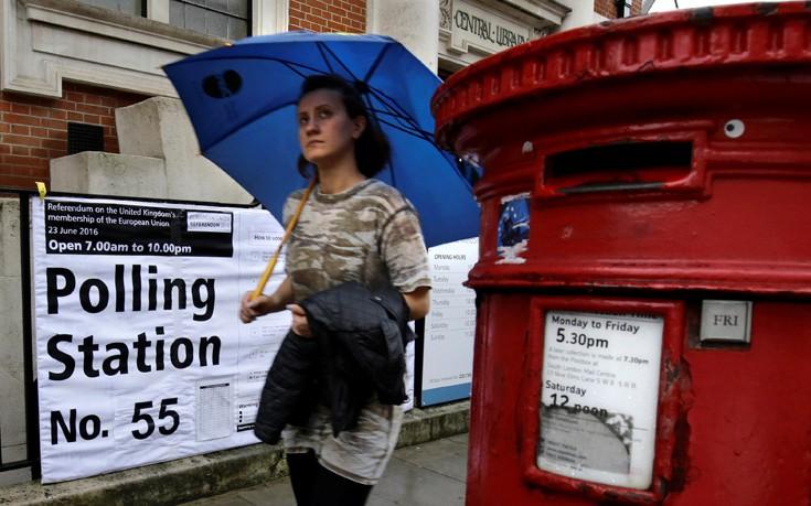 Τι φοβούνται και εγκαταλείπουν το «καράβι» οι άνθρωποι που οδήγησαν τη Βρετανία στο Brexit