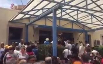 Φυγάδευσαν τον Πολάκη από εξαγριωμένους πολίτες στην Ιεράπετρα