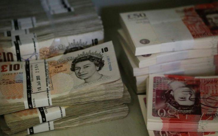 Κοντά σε χαμηλό διετίας η στερλίνα έναντι του δολαρίου, εντείνονται οι φόβοι για σκληρό Brexit