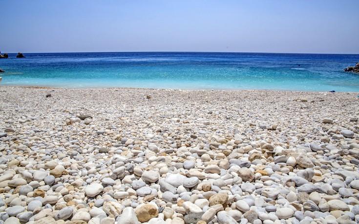Παραλία με λευκά βότσαλα, Ικαρία