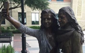 Άγαλμα που βγάζει... selfie σε πόλη του Τέξας