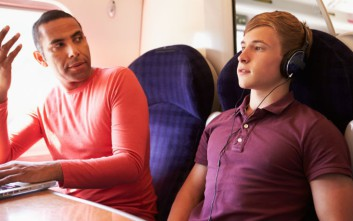 Πώς να μην γίνεις ο ενοχλητικός ταξιδιώτης που σιχαίνεσαι