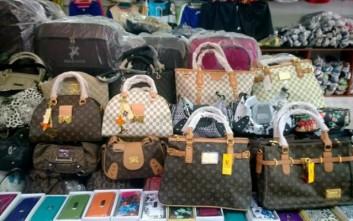 Πωλούσαν «μαϊμού» τσάντες γνωστού οίκου σε κατάστημα στα Χανιά d89e26da42f