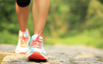 Πώς το περπάτημα βοηθά στη μακροζωία