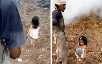 Η 5χρονη που καθοδηγεί με αφοσίωση τον τυφλό πατέρα της στη δουλειά