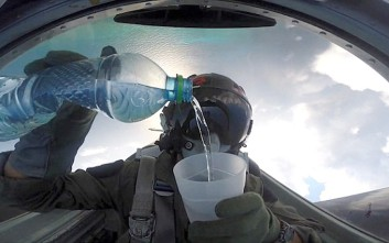 Πιλότος πίνει νερό «αψηφώντας τους νόμους της βαρύτητας»