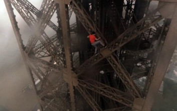Σκαρφάλωσαν στον Πύργο του Άιφελ χωρίς κανένα μέτρο ασφαλείας