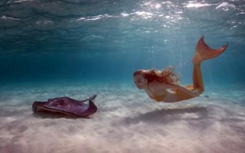 Η «αληθινή» γοργόνα που κολυμπά μαζί με σαλάχια