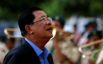 Πρόστιμο στον πρωθυπουργό της Καμπότζης επειδή δεν φορούσε κράνος