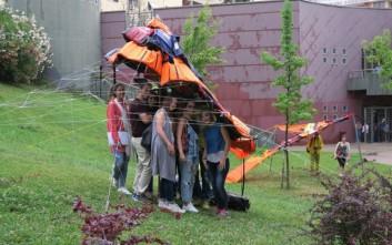 Φοιτητές δημιούργησαν στέγαστρα από σωσίβια προσφύγων