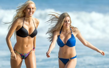 Δύο ζευγάρια πληθωρικά στήθη βγήκαν στην παραλία