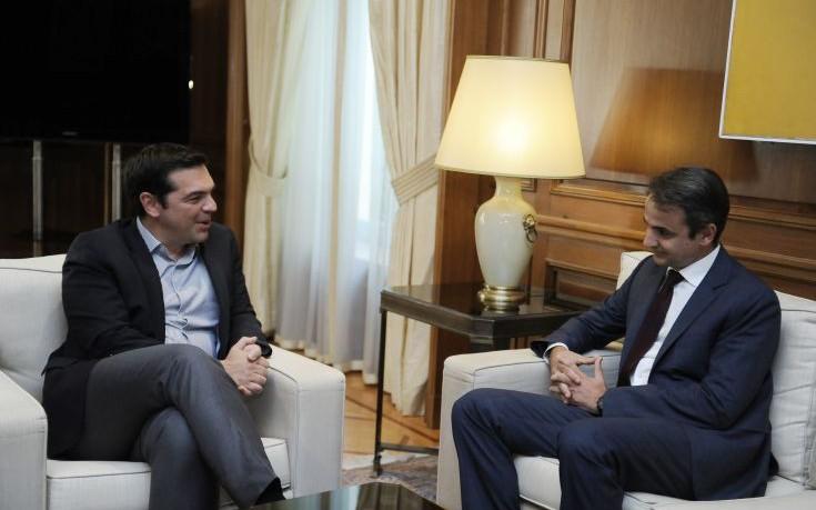 Τσίπρας και Μητσοτάκης στο Μέγαρο Μαξίμου με φόντο την απόφαση του Eurogroup