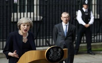 Γιούνκερ και Λευκός Οίκος πιέζουν τη Μέι για γρήγορο Brexit