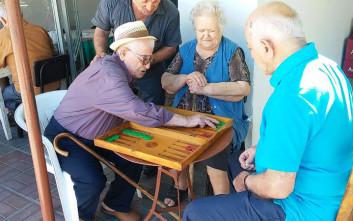 Παίζει τάβλι και οδηγεί αυτοκίνητο στα 101 του χρόνια