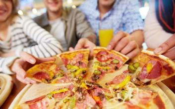 «Έρχεται πίτσα»: Γιατί σταματά η διαφημιστική καμπάνια γνωστής πιτσαρίας που προκάλεσε συζήτηση
