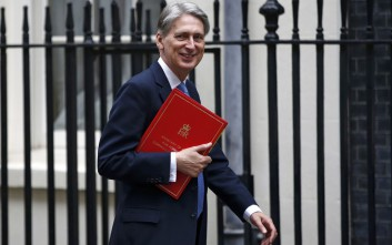 Brexit: Σκιάζει τις προοπτικές της Βρετανίας και περιορίζει τις επενδύσεις