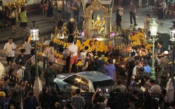 Αυτοκίνητο έπεσε πάνω σε πιστούς στη Μπανγκόκ, τραυματίζοντας έξι ανθρώπους