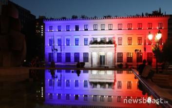 Στα χρώματα της γαλλικής σημαίας «βάφτηκε» το δημαρχείο της Αθήνας