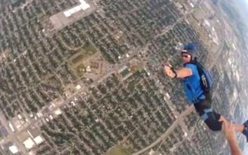 Άνδρας κάνει ελεύθερη πτώση και διαπιστώνει ότι έχει πρόβλημα το αλεξίπτωτο