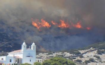 Μεγάλη πυρκαγιά επεκτάθηκε απειλητικά στη Σύρο