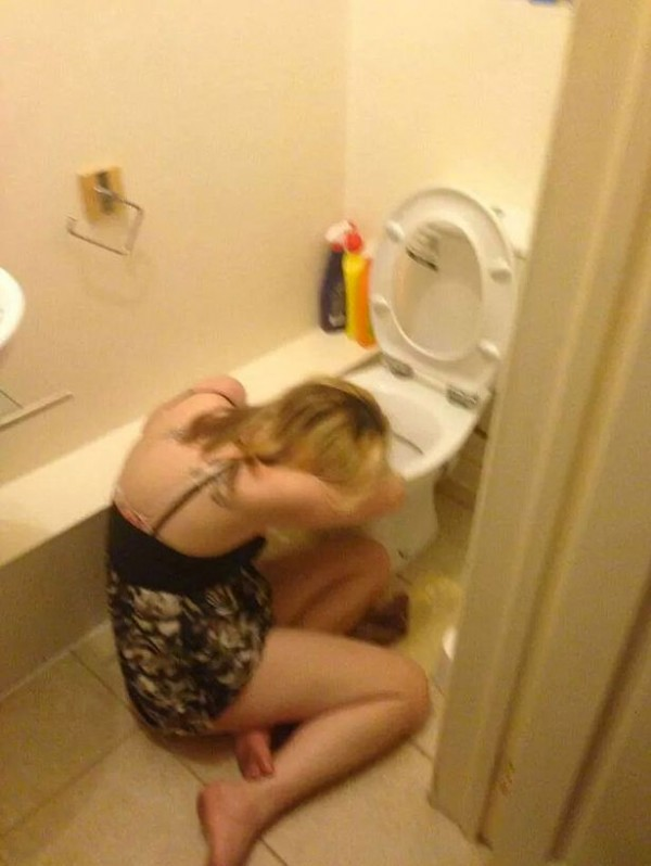 funny-fun-lol-drunk-girls-in-toilet-pics-images-photos-pictures-bajiroo-3-600x798