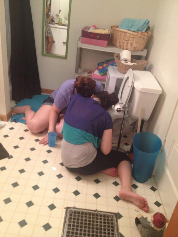 funny-fun-lol-drunk-girls-in-toilet-pics-images-photos-pictures-bajiroo-9