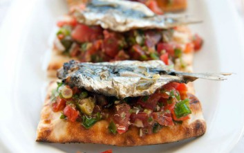Τρώμε θαλασσινά σε αγαπημένα εστιατόρια-μεζεδοπωλεία κοντά στη θάλασσα