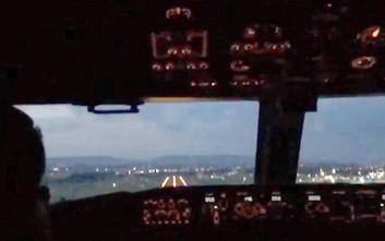 Πώς είναι η προσγείωση ενός αεροσκάφους μέσα από το πιλοτήριο